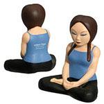 Femme pratiquant le yoga balle anti stress